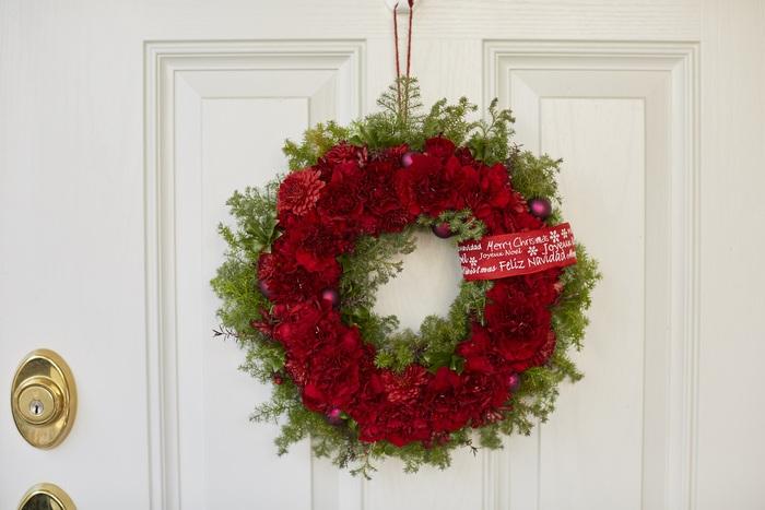 冬と言えばクリスマス!ヒムロスギを使った大きなリースにメッセージプレートを付けてサンタさんをお招きしましょう。「緑×赤」のコーディネートは大人も子供もわくわくした気分になれますよね。この季節だけの特別感がたまりません!