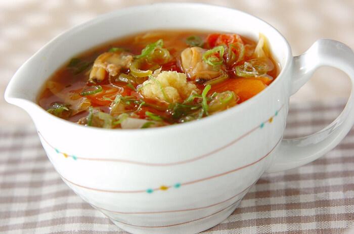 あさりのむき身を使うスープは、下準備が不要なので簡単です。トマト缶をベースに野菜をたっぷり入れてコトコト煮込めば、彩りも栄養バランスも満点のヘルシーなスープに仕上がります。