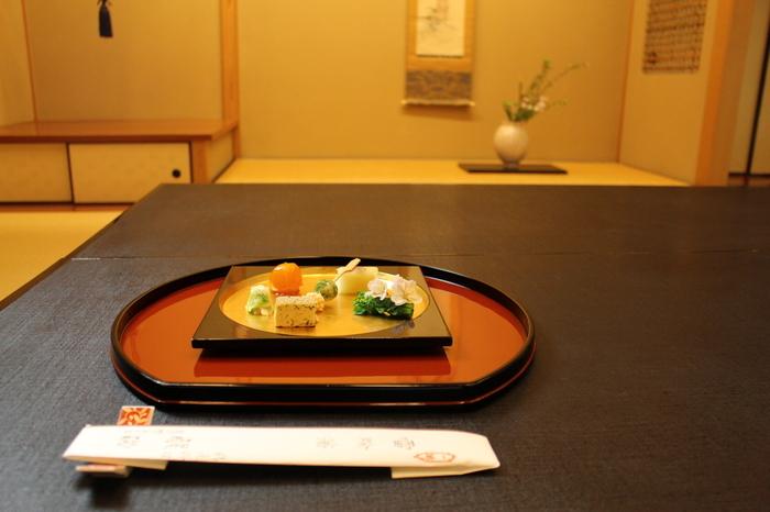 都内でも有名な精進料理のお店「醍醐(だいご)」。懐石料理風にアレンジした精進料理がいただけます。素朴な精進料理のイメージを覆すおしゃれな見た目と満足感のある料理が特徴です。一度は足を運びたい名店です。