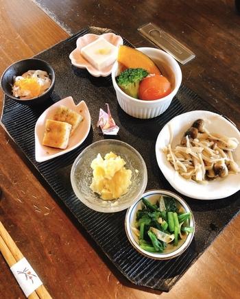 法隆寺を訪れる観光客にも人気の精進料理のお店「玄米庵」。いろいろな野菜をたくさん食べられる小鉢のセットが人気メニューです。やさしい味付けとかわいらしい盛り付けにほっこり◎心と体のリフレッシュにぴったりのお店です。