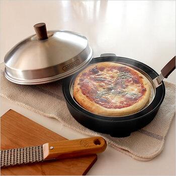 短時間で本格的なピザが焼けるピザ用のオーブンポット。ダッチオーブンのように炭を使う必要がないので、女性でも簡単に作れます。スタイリッシュな見た目も◎。
