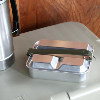 フライパンと食器をまとめて持ち運べるメスキットパン。こちらはアメリカ軍で実際に使用されていたものです。