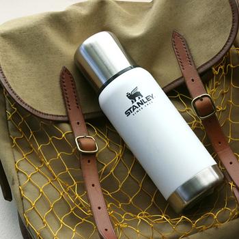 創業100年を超える歴史あるボトルメーカー「スタンレー」の真空ボトル。シンプルなホワイトカラーで女性にもおすすめです。優れた保温・保冷性と高い耐久性により、末永く大切に使うことができます。