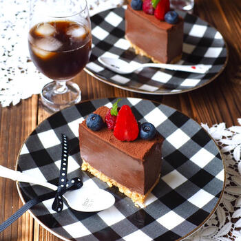 すっきりとした四角いチョコレートケーキのレシピです。型は牛乳パックを使うので、特別な容器は必要ありません♪お好みのサイズに切って盛り付けましょう。生チョコの部分は、板チョコと豆腐だけで作れますよ!全部で材料4つのとっても簡単な作り方です。