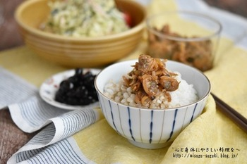 甘辛い味の佃煮は、ご飯がすすむ優しい味わい。むき身を使えばより簡単に作れます。出来上がったものは冷凍保存もOK。混ぜご飯・卵焼き・パスタなど、いろいろな料理と好相性です。