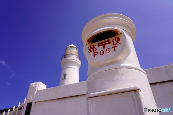 """犬吠埼灯台のもうひとつのおすすめスポットが、レトロな白いポスト。ここから実際に郵便を送ることができるんですよ。ホワイトデーに設置されたことから""""恋愛が成就するポスト""""や""""幸せを呼ぶポスト""""、""""願いが叶うポスト""""とも呼ばれているそう。大切な方へのメッセージを送ってみませんか?"""