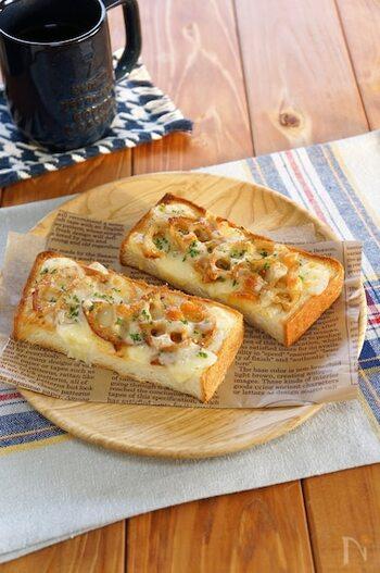 きんぴられんこんをトーストにのせた食パンにマヨネーズを塗ることで、コクが加わって美味しさもアップ。甘辛い味わいとシャキシャキ食感がトーストと相性抜群!前日の残り物や常備菜を活用して手軽に作れますよ。
