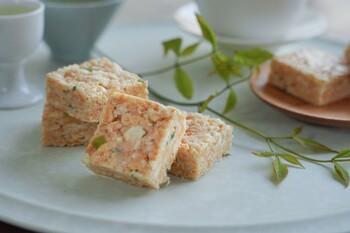 「葱焼牛軋糖」は、牛軋糖(ヌガー)のひとつ。台湾では一般的なお菓子で、さまざまなフレーバーが親しまれています。ヌガーというと甘いイメージですが、こちらはネギを使っているのが特徴。甘じょっぱい独特の味わいがクセになると評判です。