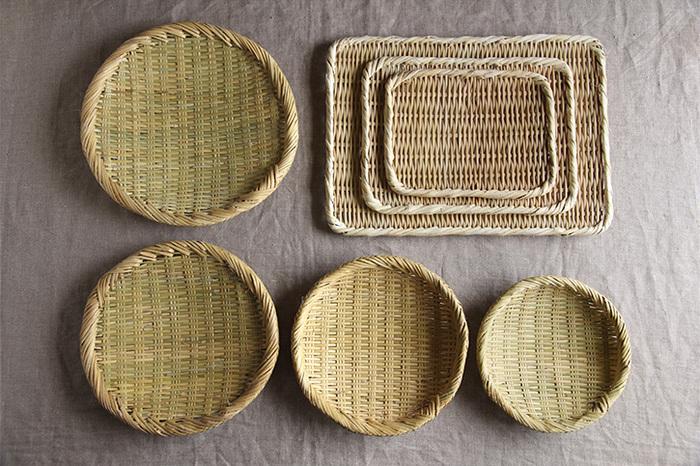 「真竹角盆ざる」「篠竹丸ざる」共に4種類のサイズがあります。形だけでなく編み目も異なり、違った表情を楽しめますよ。形違い、サイズ違いで使い分けるのも良いですね。使い込むと変化する色合いもお楽しみください!