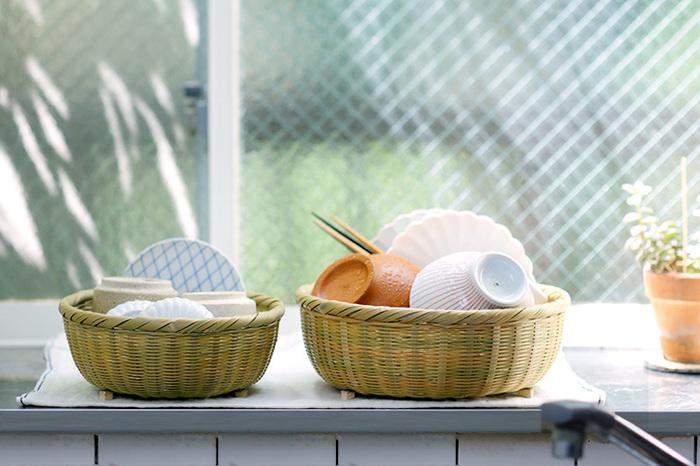 食器の水切りかごとして使うと、ナチュラルな雰囲気が素敵♪左の小サイズは湯呑や小皿、右の大サイズは茶碗やカトラリーを入れるのにちょうど良いです。