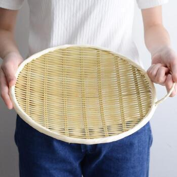 直径33cmと大きめのざるは、大皿代わりに使えて便利。大勢が集まるおもてなしの時にも活躍します。一番の特徴は取っ手が付いていることで、持ち運びしやすいのがgood!