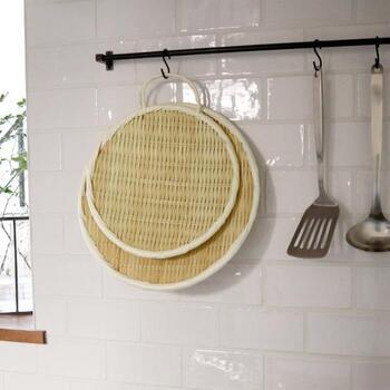 フックに取っ手を引っ掛けて、吊り下げ収納ができるのも嬉しいポイント。風通しの良い場所に掛けておくと、長く清潔に使えます。