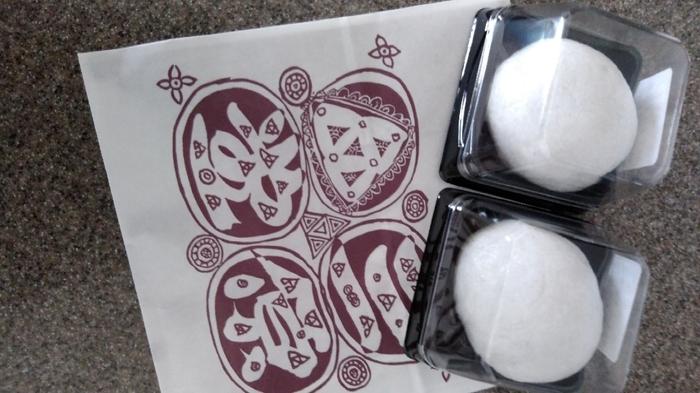 江戸川乱歩が好んだのが「薯蕷饅頭(じょうよまんじゅう)」。すりおろした山芋と砂糖を粘りが出るまでこね、米粉と合わせてこし餡を包んで蒸しあげたもの。真っ白なお饅頭は、しっとりもちもちした山芋独特の食感が味わい深いひと品です。