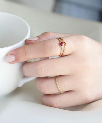 「宝石の女王」とも呼ばれるルビーは、生命や情熱、愛情の象徴と言われています。目標に向かって情熱的にエネルギッシュに頑張りたい方、恋愛関係をいつまでもフレッシュに保ちたい方におすすめです。行動力や積極性を高めてくれる人差し指につけることで、より活力がみなぎってくるでしょう。