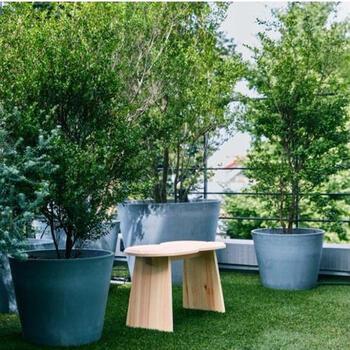 家の中だけでなく、ベランダやテラスにもぜひ置いてほしいスツールです。グリーンの中に置けば、ほっと一息つける癒しの空間に変わります。
