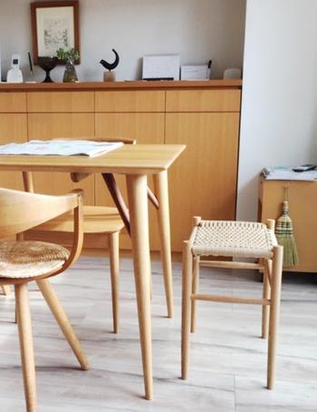 補助の椅子としては惜しいくらいのおしゃれなスツール。ダイニングテーブルの雰囲気と合わせれば、より使いやすくなります。