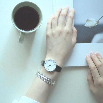 腕時計だけだとなんだか味気なく感じるとき、バングルを重ねづけしてみましょう。それだけでおしゃれ感がグッとアップします。仕事の時間中は腕時計のみ、アフターファイブはバングルをプラスするというのもいいかもしれませんね!