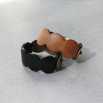 革小物作家として活動する杉崎陽子さんのブランド「co-yo」の革製バングル。雲型にカットされた革のベルトに、合わせて雲形の真鍮のプレートがついたキュートなデザイン。