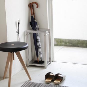 バッグなどのちょっとした小物置き場にも。荷物を置きながら身支度ができたり、帰宅後の買い物袋の一時置きにも使えます。インテリア性のあるスツールなので、玄関にあるだけでもおしゃれ。