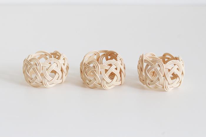 天然素材を使って手作業で編み込まれているので、ひとつひとつ微妙に形状が異なるのも味わい深いですね。世界にひとつとして同じものがないオリジナルの世界観が魅力的です。