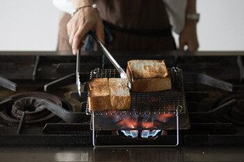 ここからは、パンをより美味しく食べるための一工夫をご紹介していきます。パン好きの方にぜひ試して頂きたいのが、網で焼くということです。外はカリッと中はふんわり仕上がり、トースターとは一味違ったパンを楽しめます。写真のような焼き網を使って、直火で焼いてみましょう♪