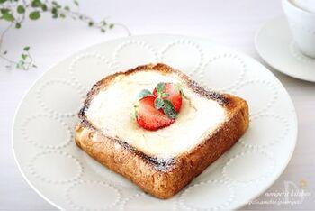 クリームチーズ、ヨーグルト、砂糖を混ぜ合わせて食パンに塗り、トースターで焼くとチーズケーキ風のトーストに仕上がります*お好みでフルーツやはちみつなどをトッピングしてみてくださいね。