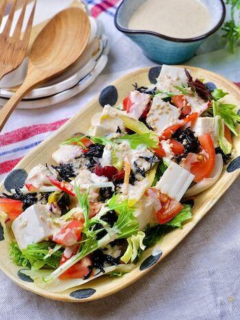 野菜に豆腐やひじきをプラスした栄養たっぷりなデリ風サラダ。ひじきは炒めて味付けしていているので豆腐とよくなじみます。豆乳を使った特製ドレッシングが豆腐との相性バッチリ。