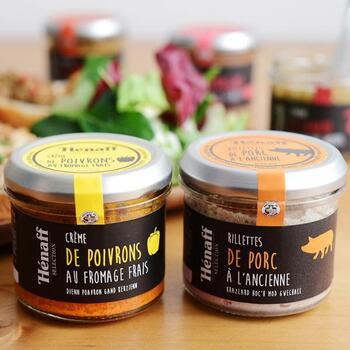 フランスのブランド「Henaff(エナフ)」からは、豚肉のリエットや、赤パプリカのスプレッド、トマトのスプレッドなどバゲットにのせるだけで本格的な味わいを楽しめるシリーズが発売中です。ワインとの相性が抜群ですが、もちろん朝の食卓にも◎