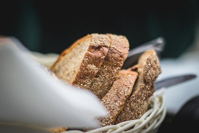 食べきれないパンを保存するには、冷凍がオススメです。その際、バゲットなど大きいものはスライスしておき、小分けにしてラップに包んだものを空気を抜いたビニールに入れましょう。 冷凍のパンをそのままトースターで焼けば、外はさくっと中はしっとりとし、数日後も美味しくいただけます。