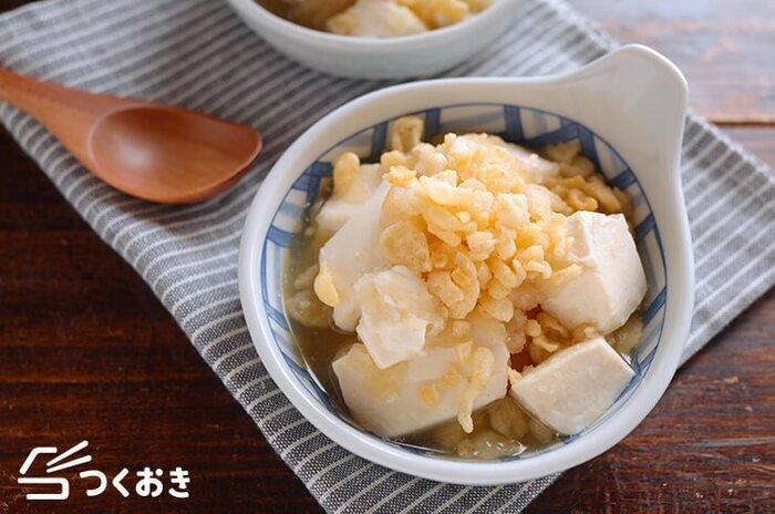 大根おろしと白だし、醤油で豆腐をサッと煮た一品。揚げ玉を加えることで揚げ出し豆腐のようなコクのある味わいになります。仕上げにも揚げ玉をプラスすればサクッとした食感も楽しめますよ♪