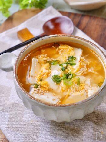 ふわふわの卵と豆腐がマッチする簡単中華スープのレシピ。豆腐は手で崩しながら入れるので包丁いらずで楽チンです。豆板醤を入れてピリ辛にしているので、体もあたたまりますね。
