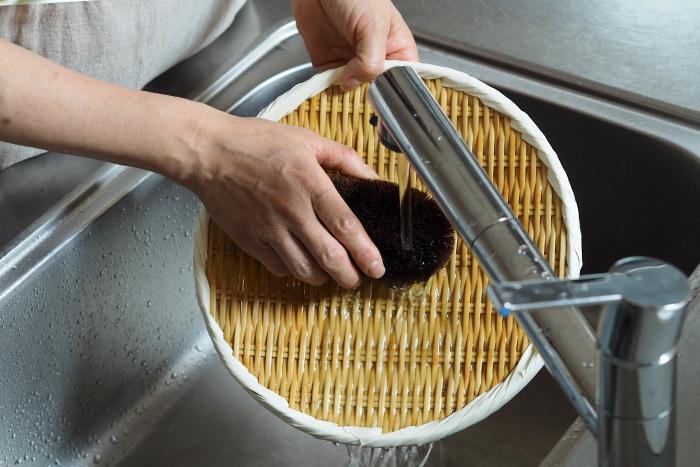 竹ざるは湿気に気を付ければ、長く愛用できるアイテムです。フックに引っ掛けて風通し良く収納しましょう。使った後はたわしで水洗いすればOK。油汚れはお湯で洗うとすっきり落ちます。