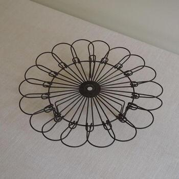 ■cake cooler stand  まるでお花が開いたようなこちらのアイテムは、オランダtomado社のケーキクーラースタンドです。19世紀後期~20世紀初期のものだそう。実用品でありながら、デザイン性も高く、このまま置いておくだけでも絵になりますね。