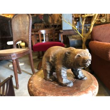■木彫りの熊  このような、チャーミングなレトロアイテムも扱っています。ちょっととぼけた表情が可愛い、木彫りの熊です。北海道土産で知られていますが、最近はインテリアアイテムとして集めている方も多いそうですよ。