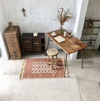 机や椅子の木肌には、使い込まれていたことが分かる、物の跡が残っているものも。保護剤などでメンテナンスしつつも、古い家具ならではの良さは残されています。