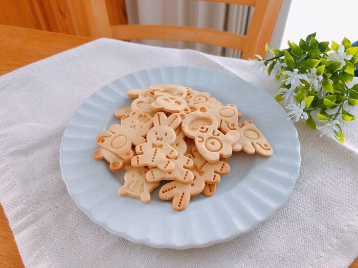 こちらのレシピは大豆粉、片栗粉、水、砂糖の4つの材料で美味しいクッキーが作れちゃいます。  小麦、卵アレルギーがある人にも良さそうですね。かわいい型抜きをすればプレゼントにも最適。