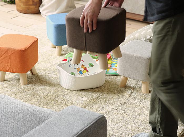 低いスツールは子供用のスツールとしておすすめです。背もたれもないので立ったり座ったりがしやすく使い勝手抜群。ぽってりとしたかわいいスツールはキッズスペースにぴったり。