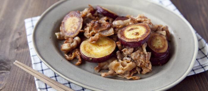 豚肉とさつまいもなんて合わないのでは?という心配を吹き飛ばす時短レシピ。ピリ辛の味付けが一見ミスマッチの2つの食材の仲を結び付けてくれます。ポイントはさつまいもの上に豚肉を乗せて蒸し焼きにすること。うまみが染み渡りますよ。