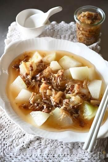 えのきと冬瓜をたっぷり使って秋の味覚が楽しめるレシピです。さっぱりした食材にひき肉を混ぜることで、一気に食べ応えのある一品に♪他にも、旬の野菜や湯豆腐、うどんなど何にでも合いますよ。万能だしあんかけをこの秋は常備菜にしてはいかがでしょうか。