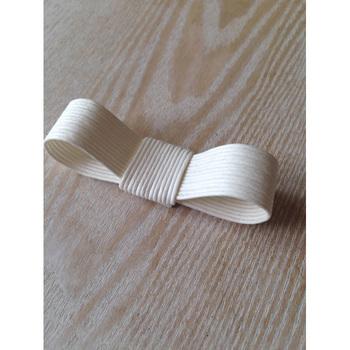 作り方は、半分に折り目を付け、そこに両端の先端を重ねるようにボンドで固定します。中心をぐるりと巻いてボンドで留めれば完成です!