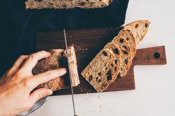 小ぶりのほどよいサイズ感が使いやすく、丸パンを置いたりカットしたバゲットを並べたりするのにぴったり。ブラックチェリーやブラックウォールナットが素材に使われており、継ぎ目のないデザインなので美しい木目を存分に楽しめます。