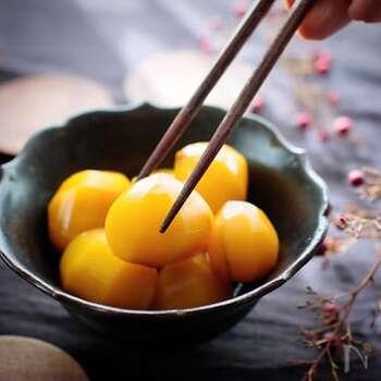 まるで満月のようなこっくりした黄色い栗…甘いもの好きにはたまらない一品ですね。冷凍むき栗を使った時短レシピになります。新暦の9月~10月の間に見える中秋の名月には、お団子の他に栗を用意するのはいかがでしょう。お団子の中に入れてもいいですね。栗を食べながらお月様を見上げませんか。