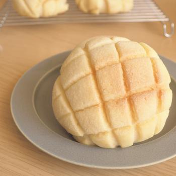粉、バター、砂糖をベースに、手軽に揃えられる材料だけで作れる簡単なメロンパン。クッキー生地にココアパウダーやチョコチップを加えるなど好みでアレンジもしやすく、子供と一緒におうちベーカリーを楽しみたいときにもおすすめです。