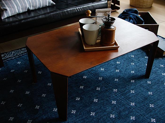 こちらは、インテリアショップ「キラリオ」で人気の折り畳みテーブル、「SOLE(ソル)」。角型ですが、天板の四隅がカットされ、やさしいフォルムに仕上げられています。天然木の木目やテーブルの脚とつながりのあるラインが美しく、女性の部屋にもぴったり。洋室にも和室にも合いそうです。