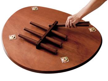 折り畳みではありませんが、工具なしで脚を取り外し、天板裏に収納できるので、スリムになります。いざというときのテーブルとして用意しておくのもいいですね。