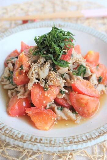 彩りが綺麗な爽やかメニュー。炒めた豚肉にトマトと大葉をさっと合わせて、和風の味付けで仕上げます。暑い時期でもさっぱりいただけますね!