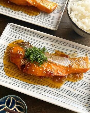 表面の照りが食欲をそそる一品です。梅干しとお酢を使って酸味をプラスします。ポリ袋で鮭を漬け込み、味をしっかり染み込ませましょう。梅干しの味によって甘みや塩分を調整するのがおすすめです。