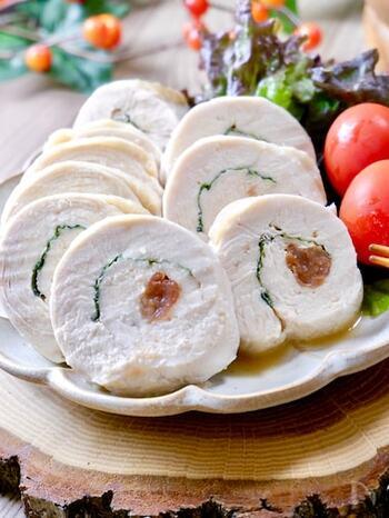 ボリューミーなチキンロールがレンジで簡単にできちゃいます♪開いた鶏肉に大葉と梅干しを巻き、レンジでチンするだけで完成!淡泊なむね肉に梅の酸味がよく合います。