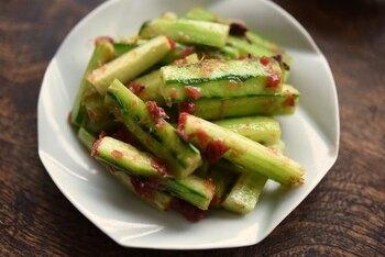 ポリポリつまめる定番の副菜。きゅうりは皮を剥き、梅干しは包丁で叩いてから和えます。仕上げにかつお節をプラスすることでうまみアップ!