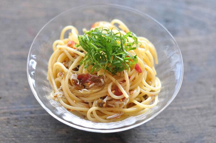 薬味たっぷり!色々な食材のハーモニーを楽しめる冷製パスタです。梅干しに醤油、オリーブオイルを混ぜたソースは、和風の味付けで薬味との相性抜群。夏バテの時でも元気が出そう!